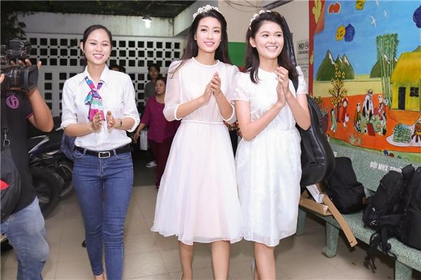 Cả hai cùng diện những bộ váy trắng điệu đà đến tổ chức buổi tiệc trung thu cho những trẻ em ở Trung tâm nuôi dưỡng, bảo trợ trẻ em quận Gò Vấp, TP.HCM. Ngay từ khi bước vào cổng trung tâm, cả hai đã được các em nhỏ chào đón rất nồng nhiệt.