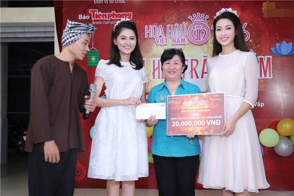 Ngoài bánh trung thu, lồng đèn ông sao, Mỹ Linh và Thùy Dung còn trao tặng một phần kinh phí để trung tâm có thể chăm lo cho các em nhỏ.