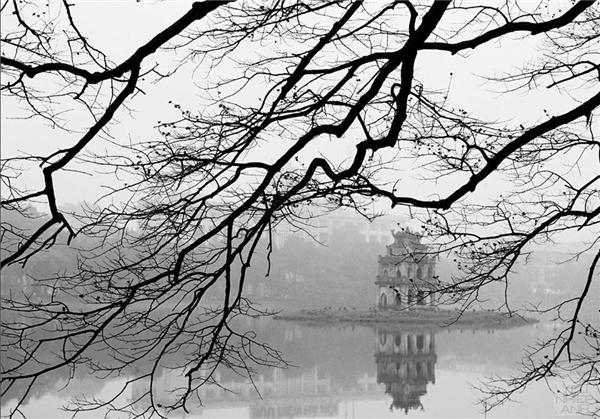 Hồ Gươm mùa thay lá. Ảnh: Giang Minh Đức