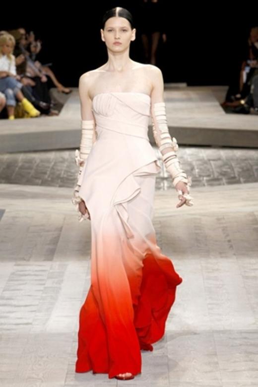 Màu được nhuộm ở phần chân váy vô cùng độc đáo và giúp các cô dâu ăn gian chiều cao đáng kể.