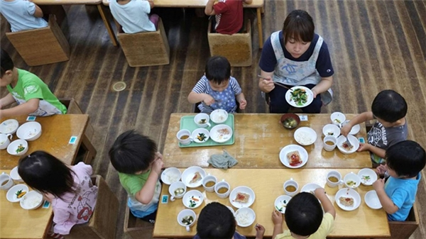 Nhà trường Nhật bảnluôn đảm bảo học sinh có được một bữa trưa đầy đủ chấtdinh dưỡng.