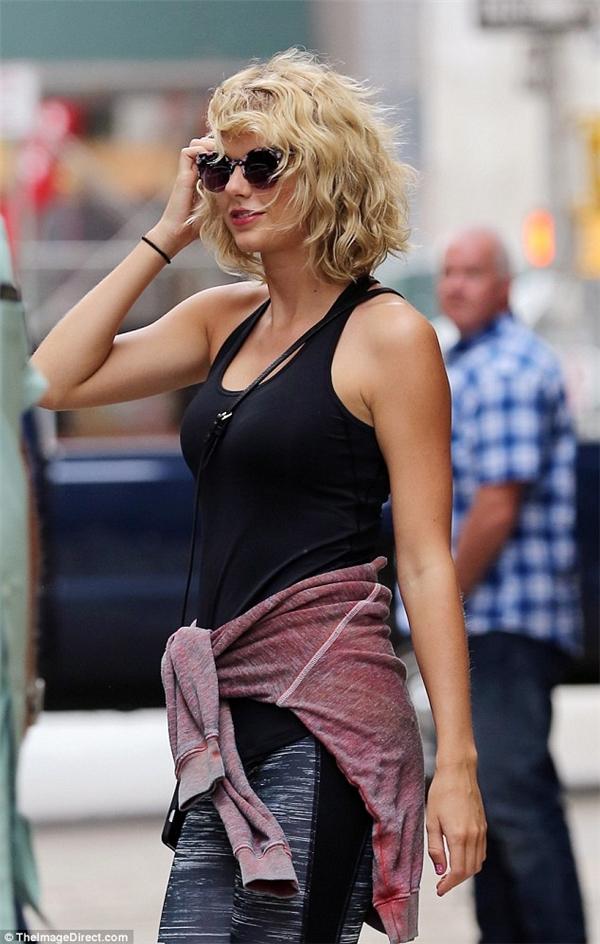 Taylor Swift cười rạng rỡ sau cuộc tình chóng vánh với Tom Hiddleston