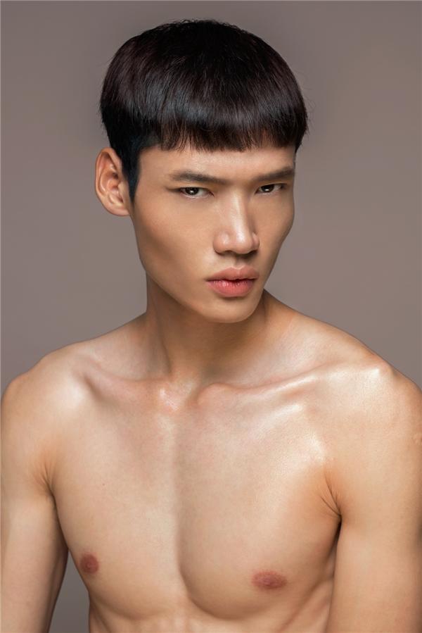 """Minh Phong có chiều cao, sắc vóc nổi trội nhưng vẫn chưa """"bật"""" lên được bởi tính cách rụt rè và chưa thoát khỏi vỏ bọc bấy lâu."""