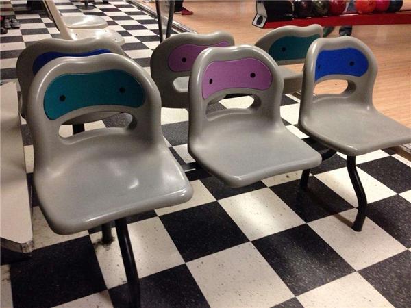 """Những chiếc ghế """"bàng hoàng"""" với số phận éo le của mình."""