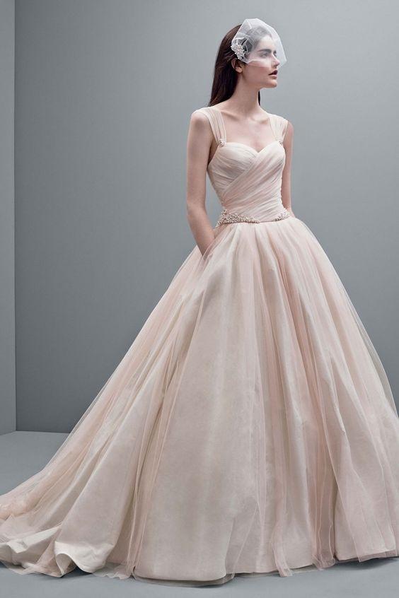 Chiếc váy cưới xòe có màu hồng pastel đằm thắm đi kèm với lưới voan che mặt vừa quen thuộc, vừa lạ mắt.