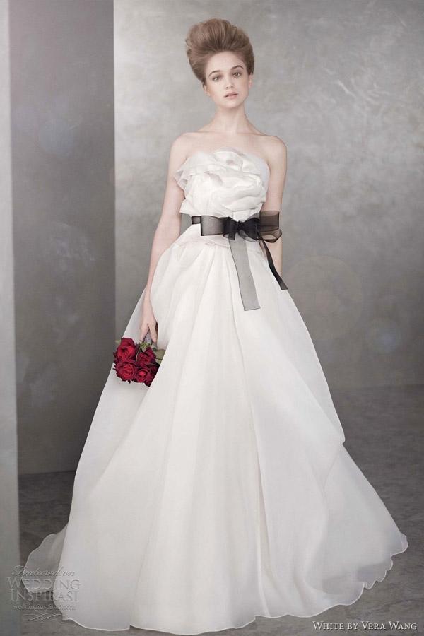 Thắt lưng đen có cùng chất liệu với váy làm nổi bật những đường nétthiết kế màkhông mất đi sự dịu dàng vốn có.