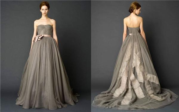 Phần đuôi váy được trang trí đặc biệt với tông màu xám nhẹ nhàng và quí phái.