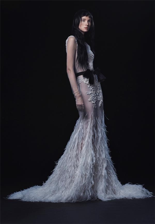 Thiết kế phức tạp với phần váy đuôi cá cách điệu trên nền xuyên thấu tôn lên đường cong hoàn hảo của phái nữ.