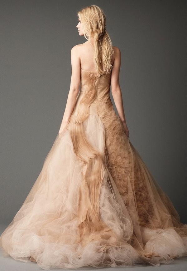 """Các nếp gấp phần đuôi váy được xếp """"bất qui tắc"""" mà độc đáo vô cùng."""