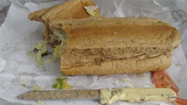 Dao thì nằm trong bánh mì làm nhân, chẳng lẽxúc xíchđang được dùng để... cắt bánh?!
