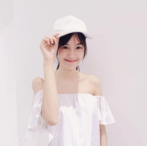 Cô nàng hiện là sinh viên của đại học Bangkok, Thái Lan.