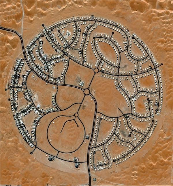 Khu biệt thự Marabe Al Dhafra ở Abu Dhabi, là nơi cư trú của khoảng 2000 người,nằm tạimột trong những khu vực nóng nhất thế giớivới nhiệt độcao kỷ lục 49,2 độ C.