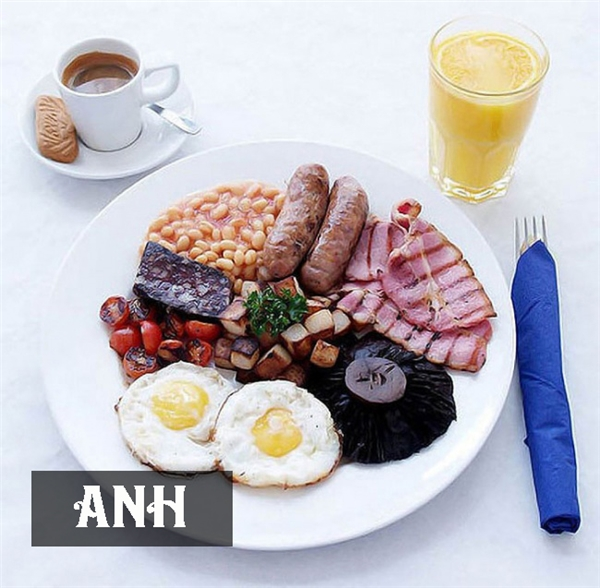 Bữa ăn sáng ở Anh khá thịnh soạn vớitrứng chiên, thịt nguội, xúc xích áp chảo, cá hồi hun khói, bò philê quết bơ hoặcsườn heo nướng. Ngoài ra, họ còn dùng kèm với trà hoặc nước trái cây.