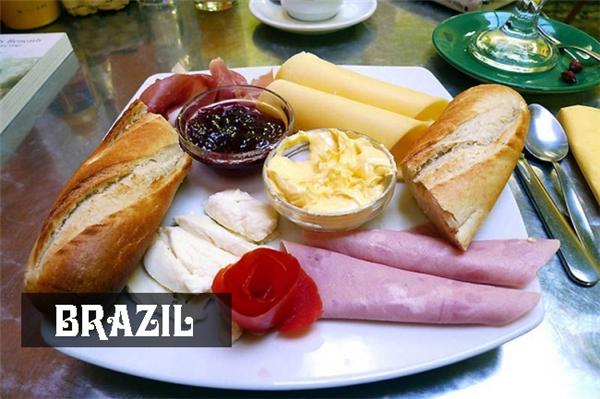 Người Brazil ăn sáng khá đầy đủ với một ổbánh mì dài, thịt xông khói, pho mát và thỉnh thoảng kèm thêm tí mứt ngọt.