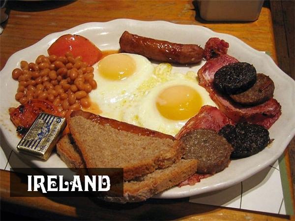 Bữa sáng ở Ireland đảm bảo đầy đủ dinh dưỡng vớixúc xích thịt heo nhồi yến mạch và bánh mì thuốc muối.