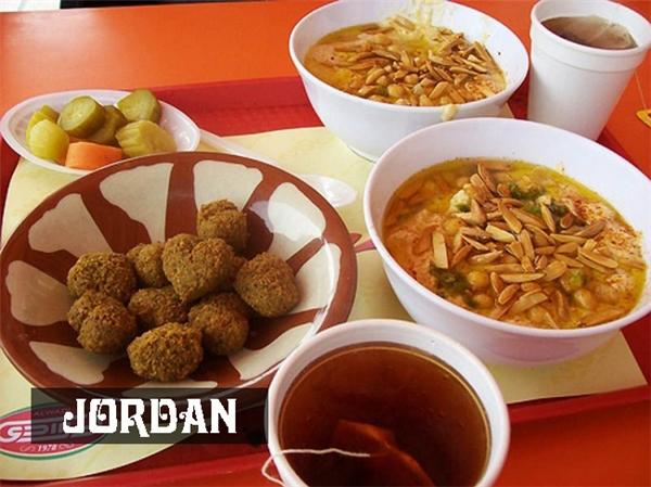 Người Jordan thường ănhummus,món khai vị làm từ gà ướp chanh tỏikèm vớiđậu xanh tẩm gia vị chiên, xúc xích cừu, mứt, bơ vào bữa sáng.
