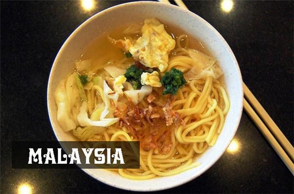 Tương tự Trung Quốc, người Malaysia bắt đầu ngày mới bằng một tô mì nóngvới trứng, rau và nhiều loại gia vị khác nhau.
