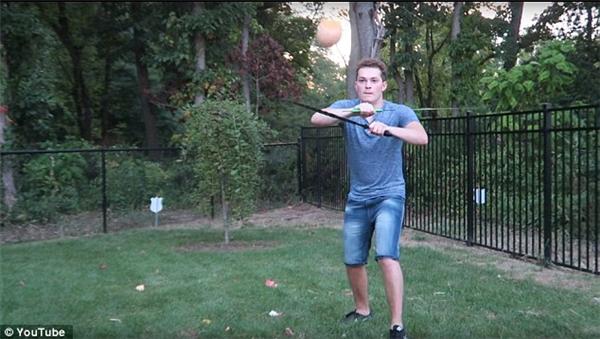 Lance tập trung cao độ trong công cuộc chém trái cây bằng hai thanh kiếm.