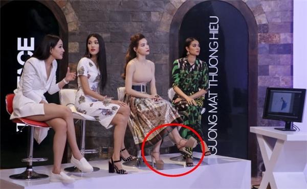 """Những đôi giày của """"nữ hoàng giải trí"""" thường có độ cao không dưới 15 cm."""