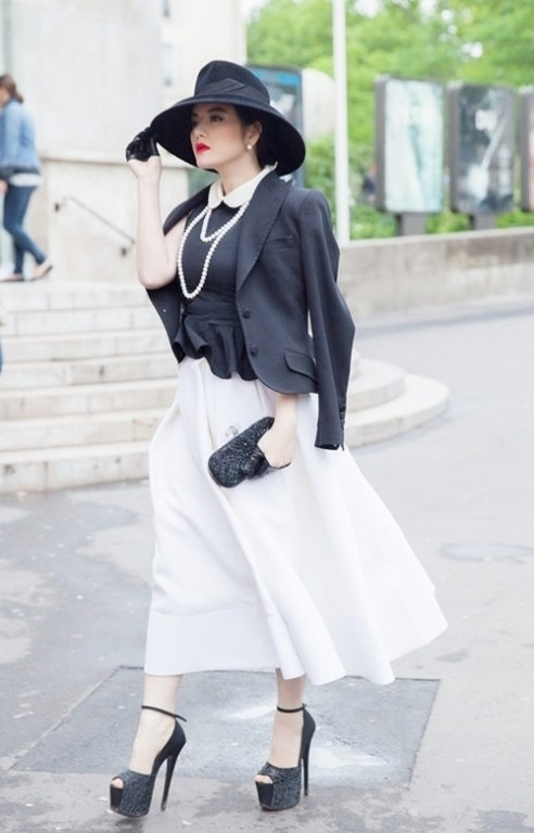 Người đẹp không ngần ngại đi giày cao gót lên tới cả 20 cm trên đường phố đi bộ.
