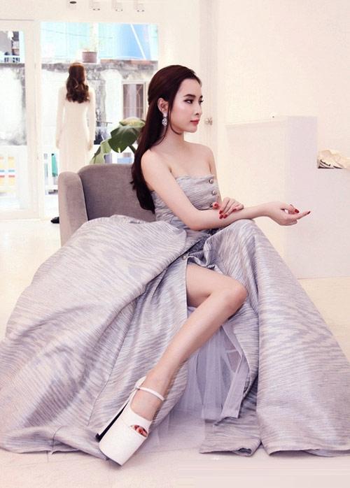 Đôi giày có chiều cao 25 cmgiúp Phương Trinh tự tin sải bước và tỏa sáng tại sự kiện.