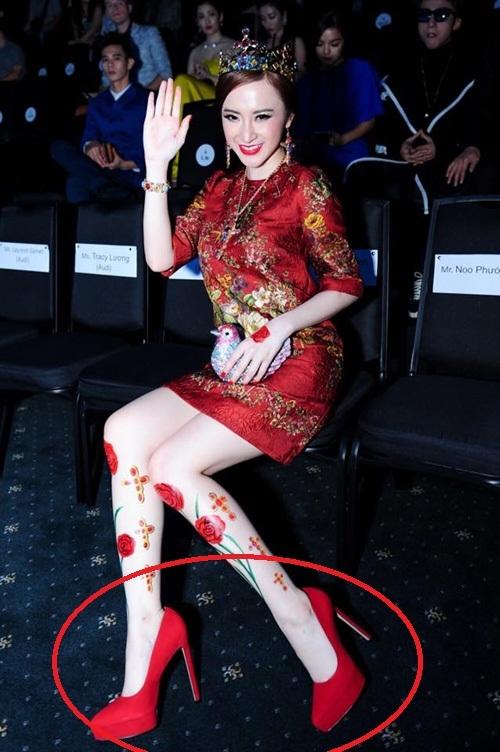"""Giày cao gót với chiều cao """"khủng"""" luôn là vật không thể thiếu của Angela Phương Trinh khi xuất hiện tại các sự kiệnquan trọng của làng giải trí. Cô sử dụng giày được thiết kế riêng dùng cho đi thảm đỏ."""