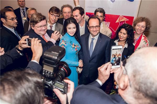 Lý Nhã Kỳ rạng rỡ chào đón Tổng thống Pháp