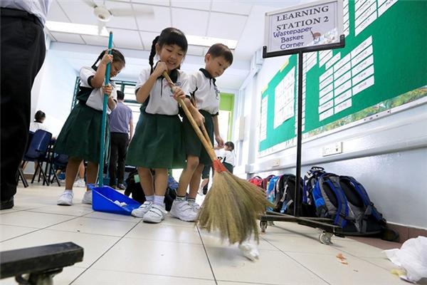 Ở các trường học Nhật Bản, học sinh phải tự dọn dẹp và vệ sinh sau giờ học.