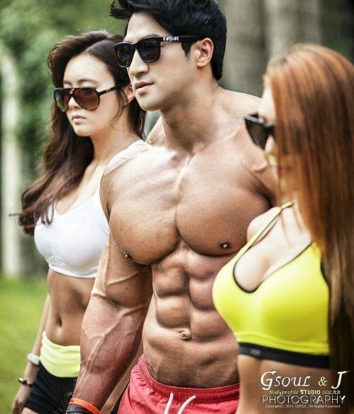 Thân hình vạm vỡ 8 múi giúp anh chàng thu hút nhiều cô gái xinh đẹp vây quanh.