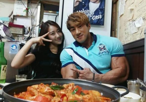 """Bạn gái hiện tại của Chul Soon bị thu hút bởi thân hình hoàn hảo của anh chàng và chủ động """"cưa đổ"""" anh."""