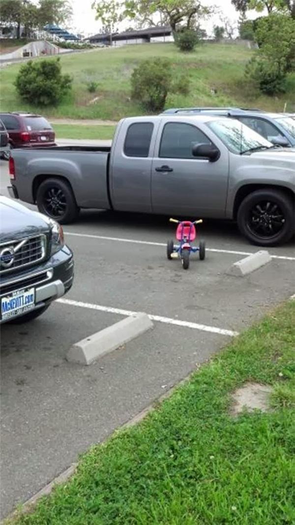 Còn bé tí nhưng đã biết đậu xe ngang tàngrồi.