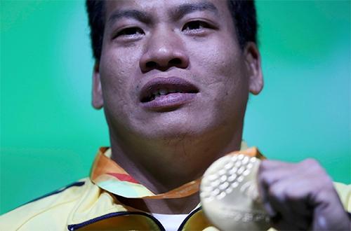 LêVăn Công và chiếc Huy chương vàng Paralympicđầu tiên trong lịch sử thể thao Việt Nam. Ảnh:Reuters