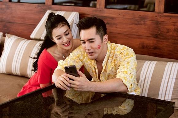 Ông xã Trương Luân Thạc kém Chung Lệ Đề 12 tuổi sở hữu gương mặt vô cùng điển trai, nam tính và cuốn hút.