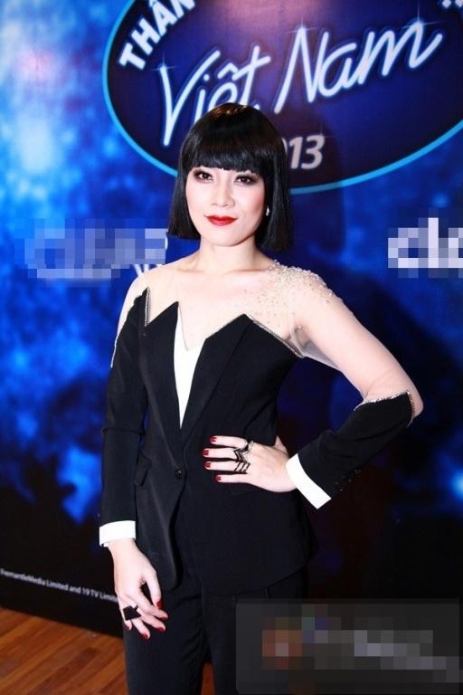 Trên ghế nóng Vietnam Idol 2013, Mỹ Tâm cũng từng chọn kiểu tóc giả maruko kết hợp bộ suit cách điệu. Tạo hình này của nữ ca sĩ khiến dư luận bàn tán xôn xao trong một khoảng thời gian dài.