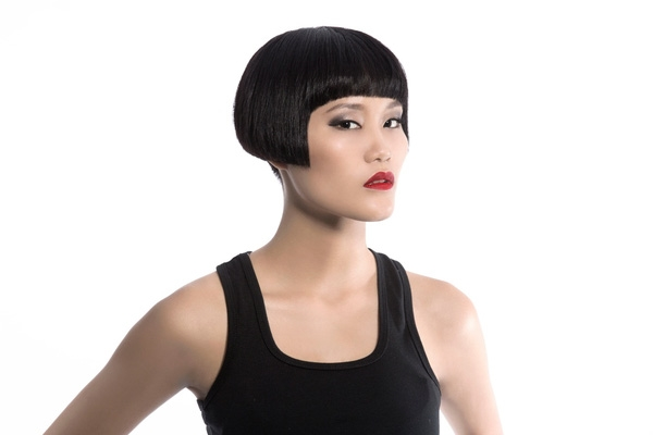 """Các người mẫu bước ra từ Vietnam's Next Top Model như: Hoàng Thùy, Lê Thúy, Thùy Trang, Thùy Dương, Nguyễn Hợp cũng một lần """"kinh"""" qua mái tóc ngắn ngang cằm, ngang má với phần mái ngố đặc trưng."""