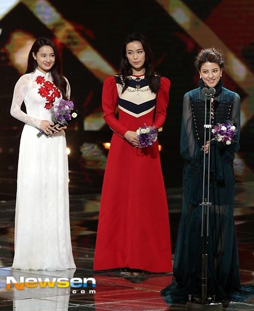 """Người đẹp rạng rỡ trên sân khấu khi nhận giải""""Ngôi sao châu Á"""". Ảnh: Newsen."""
