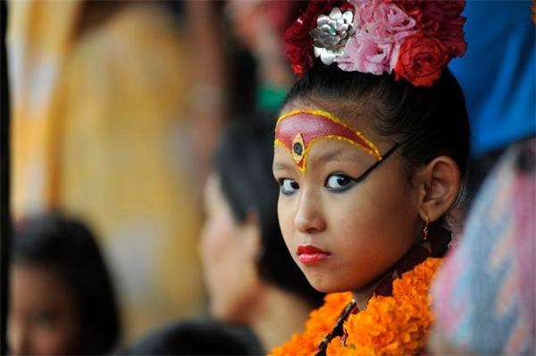 """Người được chọn làm Lumariphải là bé gái có độ tuổi từ 2 đến 4, hàng lông mi """"dài dày rậm như lông mi bò"""", giọng nói """"thanh như tiếng vịt"""", bắp đùi """"thon như đùi nai""""."""