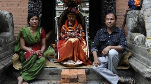 Các Kumari chỉ được phép rời khỏi nhà để tham dự các lễ tế, nữ thần cũng không được phép chạm chân xuống đất, kể cả ở trong nhà.