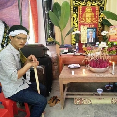 Anh trai em Quang trước ban thờ đứa em xấu số.