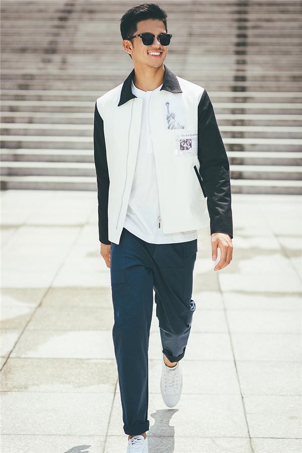 Áo khoác thể thao với hai gam màu trắng, đen tương phản được chọn làm điểm nhấn cho tổng thể bên trong vô cùng đơn giản.