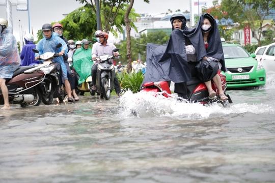 Mưa lớn gây ngập nặng khu vực sân bay Tân Sơn Nhất