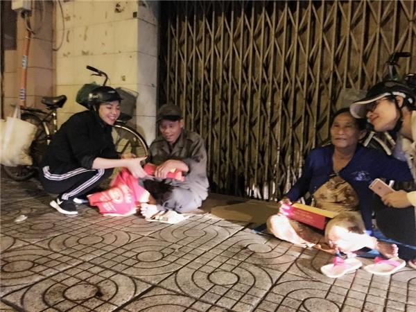 Ngọc Trinh đội mưa, mang dép lê đi phát quà cho người vô gia cư - Tin sao Viet - Tin tuc sao Viet - Scandal sao Viet - Tin tuc cua Sao - Tin cua Sao