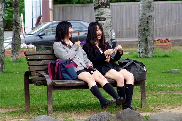 Tuy nhiên, ở giữa đám con gái hoặc bạn thân với nhau, họ lại nói bậy không thua kém gì con trai.