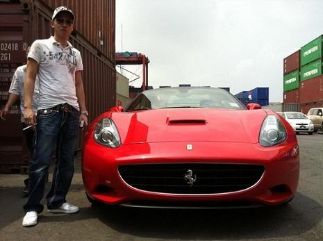 Bình Dương bên siêu xe Ferrari California màu đỏ đời 2010 có giá khoảng 12 tỷ. - Tin sao Viet - Tin tuc sao Viet - Scandal sao Viet - Tin tuc cua Sao - Tin cua Sao