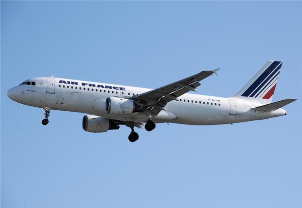 Để đảm bảo an toàn và tuổi thọ của máy bay, nó không được hấp thụ nhiệt mà phải phản xạ ra bên ngoài.