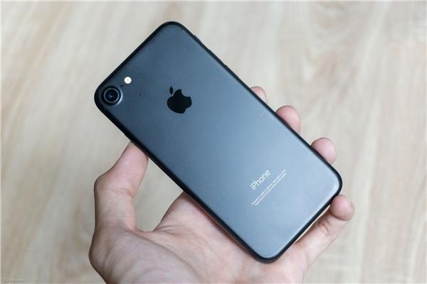 Màu đen nhám (Black) trên iPhone 7. (Ảnh: tinhte)