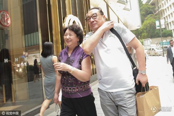 Mẹ Huỳnh Hiểu Minh cười rất tươi khi được hỏi về tin đồn sắp lên chức bà nội