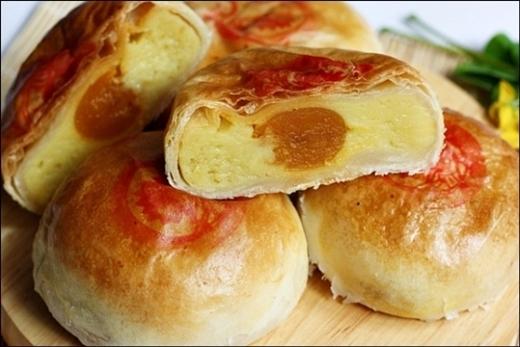 Bánh pía có phần nhân sầu riêng độc đáo, thơm ngon khó cưỡng.