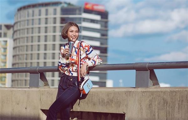 Sau cuộc thi, Diệp Linh Châu cho rằng bản thân nên thay đổi linh hoạt, nhiều màu sắc hơn. Bộ ảnh street style của cô nàng được trình làng giúp khán giả có cái nhìn mới hơn vể thành viên đội Phạm Hương. Cô nàng trở nên thanh lịch, ngọt ngào và ra chất nữ tính hơn.