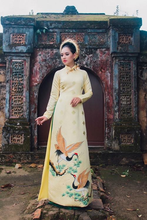 Trong những bộ trang phục áo dài lấy cảm hứng từ cung đình Huế thời xưa, Kiều Oanh đã lột tả xuất sắchình ảnh quyền quý, uy nghiêm của bậc vương quyền. Gam màu chủ đạo là vàng, cũng là gam màu biểu tượng cho quyền lực tối cao của hoàng gia. - Tin sao Viet - Tin tuc sao Viet - Scandal sao Viet - Tin tuc cua Sao - Tin cua Sao